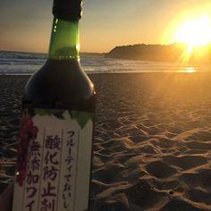 Enjoying sunset with a bottle of wine on the beach. - Weinkrake #mywinemoment