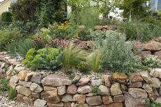 natursteinmauer im garten   Natursteinmauer im Garten anlegen und bepflanzen - So geht´s!