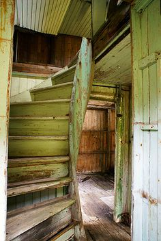 Green wooden staircase in an abandoned house. Old Buildings, Abandoned Buildings, Abandoned Places, Abandoned Castles, Haunted Places, Abandoned Hospital, Stairway To Heaven, Abandoned Mansions, Interior Exterior