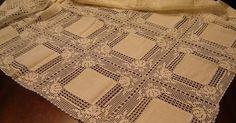 Toalha de mesa com quadrados de linho e renda, linha nº 20. Crochet Lace, Diy And Crafts, Quilts, Blanket, Album, Doilies, Dining Table Runners, Linen Tablecloth, Crochet Doilies