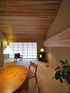 富山・高岡の家(延べ床面積40坪の終の住み処) 設計:伊礼智設計室(伊礼智 小倉奈央子) 2014年度の富山建築賞、優秀賞をいただきました。... Japanese Modern, Japanese Interior, Japanese House, House Layout Plans, House Layouts, Home Trends, Master Bedroom Design, Room Essentials, Bedroom Lighting