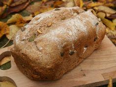 Recept voor speltbrood met pompoenpitten voor in de broodbakmachine. Spelt is duurder dan tarwe en heeft een iets andere smaak wat het zeer geschikt maakt voor