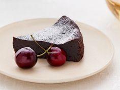 アムウェイ・レシピコレクション「チョコレートケーキ」のレシピをご紹介。カカオの香ばしさが際立つ濃厚なチョコレートケーキ。しっとりビターな大人味。 (1/6個分) カロリー 446kcal 塩分 0.2g