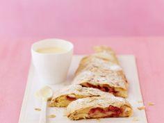 Strudel mit Erdbeeren und Vanillesauce ist ein Rezept mit frischen Zutaten aus der Kategorie Strudel. Probieren Sie dieses und weitere Rezepte von EAT SMARTER!