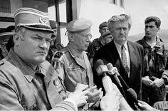 """""""Pale, 18 mai 1993. Philippe Morillon, alors commandant des forces de l'ONU, avec le général bosnio-serbe Ratko Mladic ( g) et le président des Serbes Radovan Karadzic (d)."""" Photo jérôme Delay"""