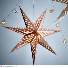 Met lichtjes, sterren en kerstballen uit de nieuwe VINTER 2015 collectie van IKEA breng je je huis helemaal in die fijne kerstsfeer.