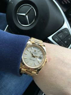 Rolex Day-Date 40 yellow gold with diagonal motif and fluted bezel Rolex Cosmograph Daytona, Rolex Datejust, Rolex Watches For Men, Luxury Watches For Men, Gold Rolex Women, Rolex Air King, Rolex Day Date, Stylish Watches, Fashion Watches