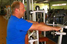 ¿Qué músculos trabajan las máquinas ejercitadoras?. Las máquinas de ejercicios están diseñadas para trabajar áreas musculares especificas, y muchas son vendidas para circuitos de ejercicios involucrando entrenamientos localizados que se hacen en el curso de la semana. Aunque algunas máquinas ...
