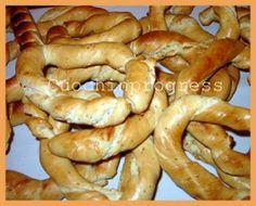 Le Ciambelle sono tradizionali in molte parti dell'Italia. In Ciociaria se ne facevano di molti tipi e anticamente si vendevano infilzate a un bastone durante le feste o le fiere, (da questo la forma).