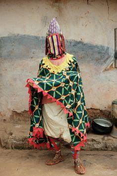 Portrait of manifestation of an Egun - a voodoo ancestor spirit in Sakete, Benin, West Africa, 2005 by Toby Adamson/Axiom Arte Tribal, Tribal Art, Pop Design, We Are The World, People Around The World, African Masks, African Art, Yoruba, Art Premier