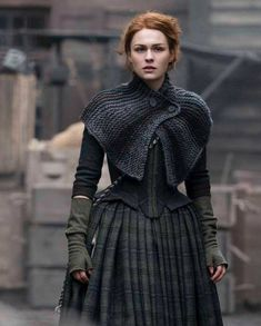 Warning: spoilers for Outlander season four, below. It's no secret that the Outlander show writers have had a formidable task in adapting Diana Gabaldon's Claire Outlander, Outlander Season 4, Gilet Crochet, Knitted Shawls, Crochet Shawl, Easy Crochet, Free Crochet, Costumes Outlander, Outlander Clothing