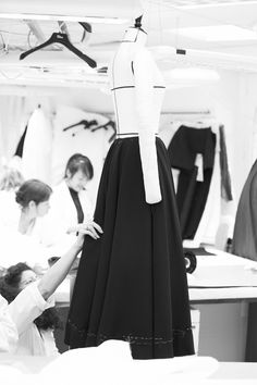 Exclusively on Vogue.fr, we're taking you behind the scenes at the Dior workshops. See exactly how the Fall/Winter haute couture collection was created with a guided tour of the French fashion house's ateliers. Dior Haute Couture, Atelier Dior, Christian Dior, Dior Fashion, Couture Details, Couture Sewing, Fashion Portfolio, Couture Collection, Fashion Studio