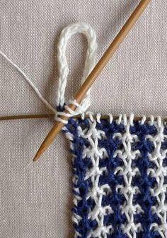 Her er tre udgaver af vævestrik, brugt til kønne og brugbare håndklæder. Du strikker kun med en farve ad gangen, og der er ingen løkker på bagsiden. Læs mere ... Knitting Stitches, Hand Knitting, Knitting Patterns, Sewing Patterns, Slip Stitch, Dish Towels, Washing Clothes, Color Patterns, Stitch Patterns