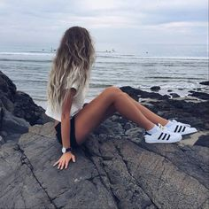 plage, noir et blanc, blond, vêtements, mode, fille, cheveux, Nike, équipement, mer, chaussure, style, été