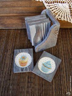 Еlena Pickard-Clark/ Браш, морение голубым акрилом. Декупаж кружочка салфеточными мотивами.