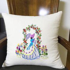 #프랑스자수 #frenchembroidery #쿠션 #크레놀린 . . 장미를 수 놓을 때 살짝 성질이 날려는 것을 오기로 했던 기억이 난다. 다 해놓고나니 애정이 두배 역시 장식품 Swedish Embroidery, Embroidery Stitches, Throw Pillows, Quilts, Lady, Toss Pillows, Needlepoint, Interior, Cushions