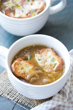 This Easy French Onion Soup recipe is rich, comforting and so good with toasted cheesy bread for dipping! Lunch Recipes, Gourmet Recipes, Cooking Recipes, What's Cooking, Cafeteria Menu, Classic French Onion Soup, Onion Soup Recipes, Easy Onion Soup Recipe, Bon Appetit