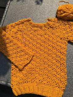 #Herfsttrui   Prachtige oker kleurige trui, ook voor beginners goed te begrijpen. Winter Rok, Crochet Clothes, Crochet Stitches, Crochet Top, Sewing, Tube, How To Wear, Vintage, Women