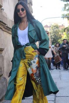 Fashion Month continues in Milan with sartorial prowess and head-to-toe Gucci. Cool Street Fashion, Milan Fashion, Street Style, Italian Chic, Head To Toe, Kimono Top, Sari, Scene, Tops