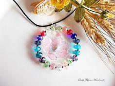 Ciondolo cerchio in cristallo multicolore con fiore rosa fatto con tecnica Sospeso Trasparente, by Lady Bijoux Handmade, 15,00 € su misshobby.com