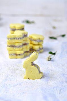 Easter. Alfajores de maizena, dulce de leche y coco http://tuereselchef.es/alfajores-de-maizena-y-dulce-de-leche/