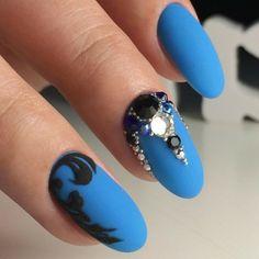 unghie-lunghe-tonde-decorazioni-nere-lato-brillantini-pietre-base-blu-opaca