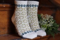 Ravelry: Elminas sommarsockar pattern by Kajsa Vuorela Fredriksson Knitting Socks, Free Knitting, Woolen Socks, Easy Knitting Patterns, Colorful Socks, My Socks, Drops Design, Knit Crochet, Ravelry