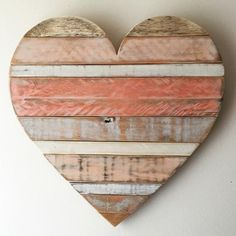 Arte Pallet, Heart Diy, Beach Wall Decor, Pallet Crafts, Rustic Wood Crafts, Reclaimed Wood Projects, Rustic Art, Beach Cottage Style, Diy Holz