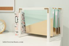Build your own desktop hanging file stand to beautify and organize your desk! Office Desk Organization, Hanging File Organizer, Cool Office Desk, Diy Drawer Organizer, Hanging File Folders, Folder Organization, Desktop Organization, Work Desk, Organizers