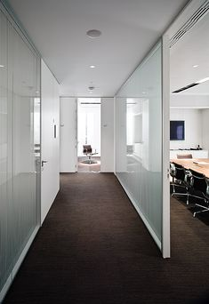 Image 5 of 24 from gallery of New Headquarters Of Garrigues / EDDEA. Office Interior Design, Office Interiors, Cool Office, Office Decor, Reception Counter, Home Management, Organization Hacks, Organizing, Interior Architecture