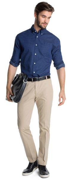 Elegantes Business-Outfit mit schönem dunkelblauen Hemd von Esprit. Es hat fein strukturierte Querstreifen und einen tollen Button-Down-Kragen - ab 39,99€