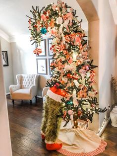 How the Grinch Stole Christmas Tree - Christmas Christmas Tree Goals, Gingerbread Christmas Decor, Christmas Tree Inspiration, Front Door Christmas Decorations, Classy Christmas, Grinch Stole Christmas, Noel Christmas, Holiday Tree, Halloween Christmas Tree