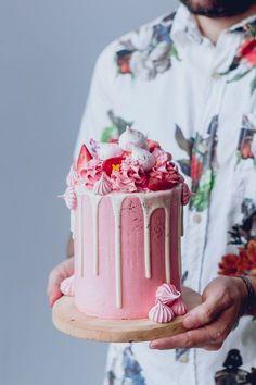 White Cake, Pink Frosting and fresh strawberries + Meringe Kisses Recipe / Historias del ciervo                                                                                                                                                                                 More