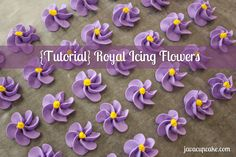 {Tutorial} Royal Icing Flowers from Java Cupcake Frosting Flowers, Royal Icing Flowers, Fondant Flowers, Flower Icing Tips, Cake Decorating Techniques, Cake Decorating Tutorials, Cookie Decorating, Decorating Cakes, Royal Icing Templates