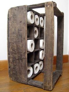 Wooden case transformed into a nice storage for toilet paper . Rustic Furniture, Furniture Decor, Bathroom Furniture, Deco Marine, Wall Candle Holders, Wooden Case, Wood Bathroom, Chalk Paint Furniture, Iron Wall