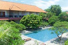 Bumas is een leuk, typisch Balinees hotelletje met een oosterse opzet. Met twee zwembaden die in een weids opgezette tropische tuin liggen, ruime kamers, een boeken uitleenservice en wifi, is dit hotel uitstekend voor een lang verblijf.     De vriendelijke eigenaar woont samen met zijn echtgenote in dit hotel en zorgt ervoor dat het u aan niets zal ontbreken.   Geen wonder dat vele gasten hier steeds weer terugkomen. Hotel Bumas ligt op ca. 200 meter van het strand van Sanur.