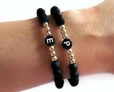 Letter: black and white. Diy Bracelets Easy, Bracelet Crafts, Handmade Bracelets, Jewelry Crafts, Handmade Jewelry, Colorful Bracelets, Custom Jewelry, Bracelet Message, Rosary Bracelet