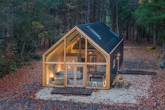Indigo is a modular design concept made by Woonpioniers. It is made out of bio based materials in a sustainable way. Small Prefab Cabins, Prefab Homes, Modular Homes, Tiny House Cabin, Cabin Homes, Log Homes, Farm House, Lake Flato, Solar Panel Battery