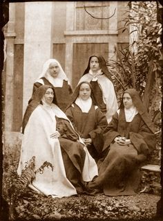 Saint Therese-de-Lisieux with her real blood sisters,all became nuns, 2 others Carmelites with her,the eldest became Mother Superior. Sainte Therese De Lisieux, Ste Therese, Religious Images, Religious Art, Catholic Saints, Roman Catholic, Patron Saints, Bride Of Christ, Les Religions