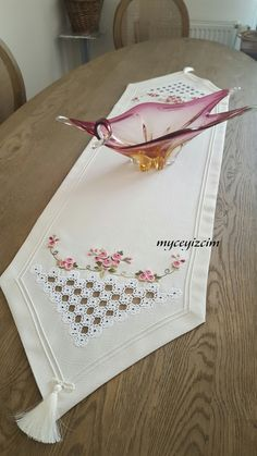 I myçeyizc … – Embroidery Types Of Embroidery, Diy Embroidery, Machine Embroidery Designs, Embroidery Patterns, Cross Stitch Patterns, Hardanger Embroidery, Bead Loom Bracelets, Bargello, Embroidery Techniques