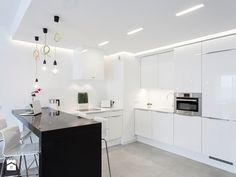 nowoczesna biała kuchnia z czarną wyspą