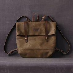 COMPOSITION :  Extérieur : 18oz 100 % coton, toile de cire de Brown. Bracelet de cuir brun de sac à dos réglable. Fermeture à clip double.  Intérieur : tissu 100 % coton. Il a à lintérieur de la poche.  DIMENSION: 37 x 33 cm. L'intérieur du sac à dos prend en charge un MacBook Pro 13 «.  Remarque : Lextérieur de ces sacs est effectuée avec un 100 % coton avec dexcellentes propriétés, très résistantes et toile cirée imperméable à leau. Traitement de cire est incorporé dans les fibres de la…