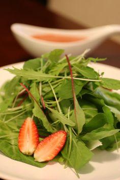 Com uma pitada de açúcar...: Salada de Folhas Verdes com Molho de Morangos e Balsâmico