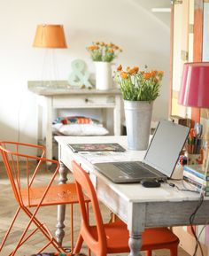 wood & wool stool office. Colorfull chairs. Lovely orange chairs. Oranje stoelen aan de werkplek. Vrolijk gekleurd interieur.