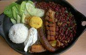 La bandeja paisa es un plato herbolario conocido también como bandeja de arriero o bandeja montañera.