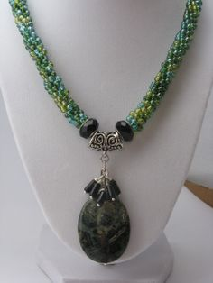Green Kumihimo necklace Beaded Necklaces, Beaded Jewelry, Braids With Beads, Beading Ideas, Beaded Embroidery, Jewlery, Jewelry Design, Jewelry Making, Bling