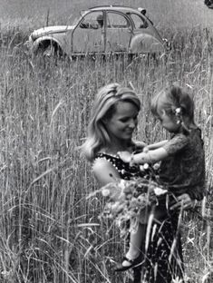 Citroën Moeder en dochter midden in een veld, op de achtergrond de Citroën 2CV (…