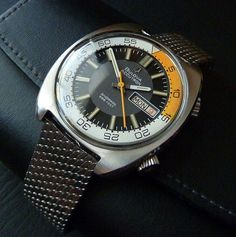 Bulova Accutron supercompressor case style in a milanese mesh bracelet. Best Watches For Men, Luxury Watches For Men, Stylish Watches, Cool Watches, Casual Watches, Sport Watches, Vintage Dive Watches, Bulova Accutron, Bulova Watches