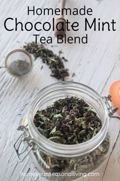 Satisfy a sweet tooth and the tea lover on your gift list with this homemade chocolate mint tea blend that is sure to satisfy and warm on a cold day. Menta Chocolate, Homemade Chocolate, Chocolate Tea Recipe, Chocolate Mint Plant, Chocolate Hair, Chocolate Coffee, Herbal Tea Benefits, Herbal Teas, Homemade Tea