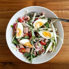 Keeping it light and easy on a hot summer day. Lettuce cabbage and tomatoes with ham and boiled eggs. Topped with a coleslaw-style dressing. . . . . . .  #lowFODMAP #lowFODMAPdiet #FODMAP #fodmapfriendly #glutenfree #wheatfree #dairyfree #lactosefree #fructosefriendly #lowfructose #guthealth #healthygut #IBS #nutrition #nutritionist #goodfood #eatwell #nourish #twitter #foodstagram #noBSfood #salad #stayingcool